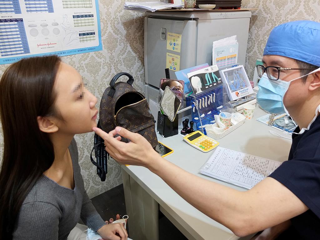 邱浚彥醫師說明拉皮手術的優缺點。(法喬醫美診所提供)